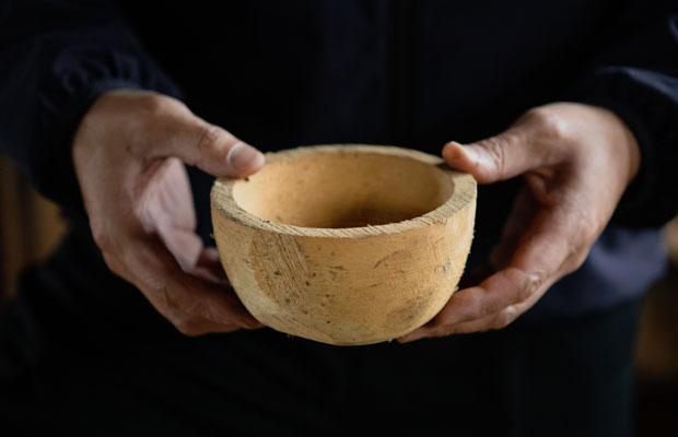 ロクロで荒挽きされたお椀。このあと仕上げ挽きの前に、歪みを防ぐために乾燥を行います。