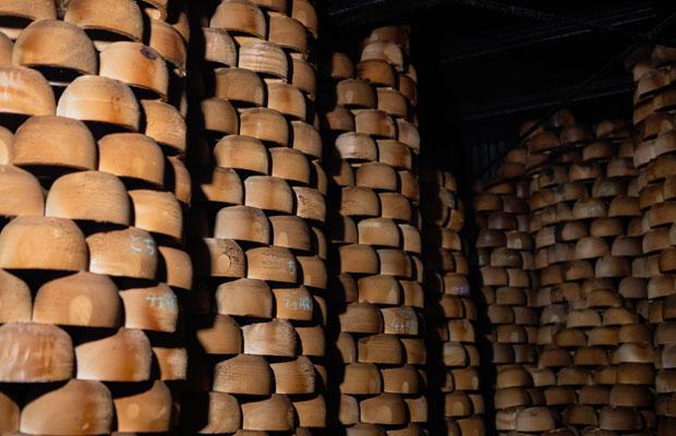 燻煙乾燥の部屋。満遍なく乾燥できるよう、中は筒状に、ところどころ隙間を開け、ひとつひとつ手作業で木地が積み上げられています。