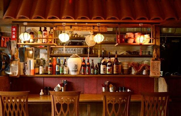 〈かかん鎌倉本店〉では、定番の麻婆豆腐や水餃子はもちろん、お酒のお供にピッタリの創作屋台料理の数々が提供される。小嶋さんが手がけた内装は、『千と千尋の神隠し』に登場する屋台にインスパイアされたものだという。現在、同店は暖簾分けというかたちでシェフの小出さんがオーナーになっている。(写真提供:かかん)