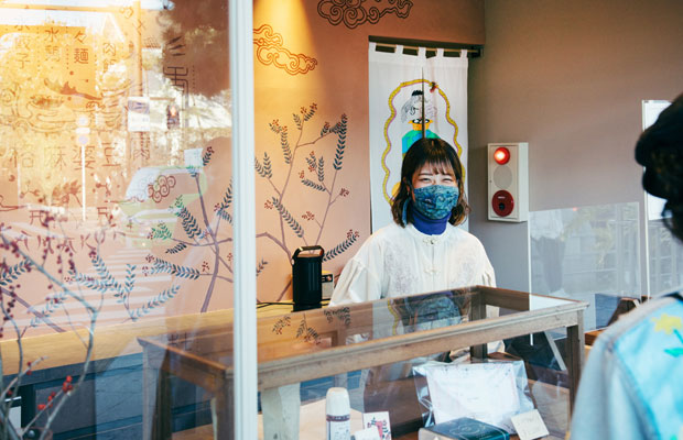キオスク的な店舗となるみやげ屋かかんでは、視覚的な要素を重視してお店の「顔」をつくっていくことがポイントだったという。鎌倉内外のさまざまなクリエイターや職人が店づくりに関わっている。