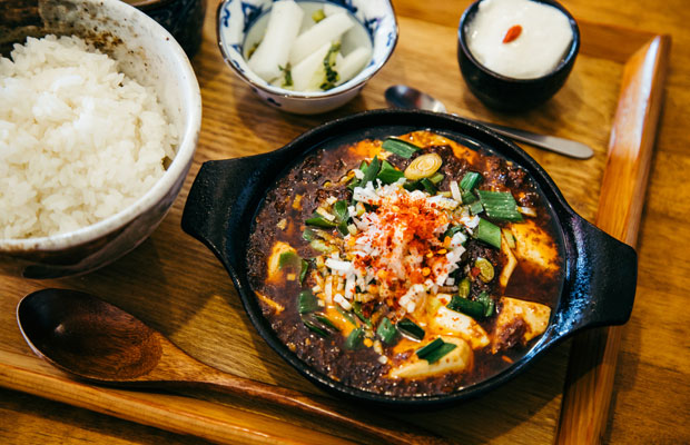 適度な辛さと花山椒による痺れ、ひき肉の旨みが絶妙なハーモニーを奏でる〈かかん〉の「麻婆豆腐定食 」(1100円・税込)。一度食べたら癖になるその味わいが、鎌倉のローカルから旅行者までを惹きつけている。