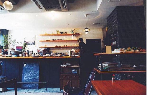 2012年から2017年まで、現在のかかん鎌倉本店がある場所で営業していた〈カジェヘロ〉。小嶋さんのセンスやこだわりが凝縮した内装やインテリア、シェフ小出さんがその日の食材に合わせてつくるおいしい料理が多くの地元客から愛された店舗だった。(写真提供:かかん)