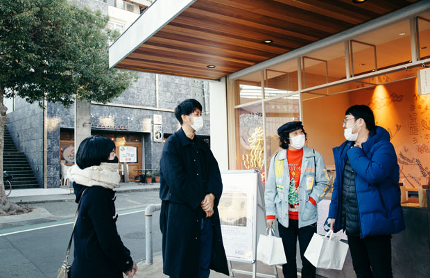 取材時に東京から訪ねてきていた小嶋さんの友人たち。昨年11月にオープンしたばかりのみやげ屋かかんは、駅や海など各々の目的地へと向かう住民や観光客が行き交うまちの交差点のような場所にある。