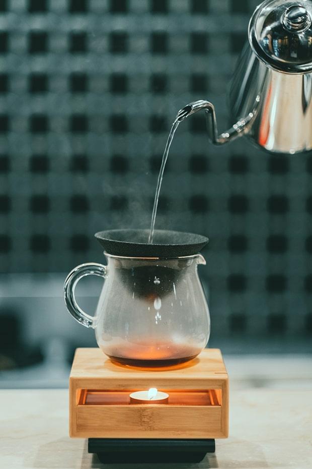 一杯ずつ淹れられるコーヒーは、雑味が少ないセラミックフィルターを採用。撮影:miki watanabe