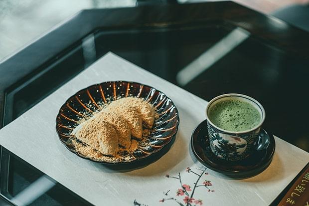 丁寧に点てられる抹茶が、餅菓子によく合います。撮影:miki watanabe