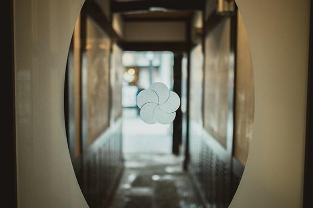 ガラス扉や小窓にも。梅の文様、いくつあるか探してみるのも楽しそう? 撮影:miki watanabe