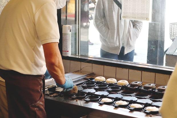 ひとつ一つ手作業で焼かれている自慢の梅ヶ枝餅。