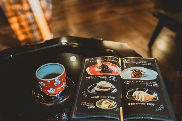 席に着くとあたたかいほうじ茶が出され、ほっと一息。撮影:miki watanabe
