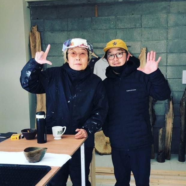 会の当日、木野哲也さん(写真右)は、昨年、美流渡に移住した画家・MAYA MAXXさん(写真左)のアトリエに立ち寄った。木野さんは、芸術文化プロデューサーとして活躍しており、白老町で行われている飛生(とびう)芸術祭やウイマム文化芸術プロジェクトなど数々のディレクターを務めている。
