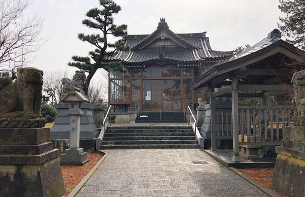 日本で数少ない「安産」の名を冠した「安産日吉神社」。参道では狛犬が子どもを足元に抱えている。