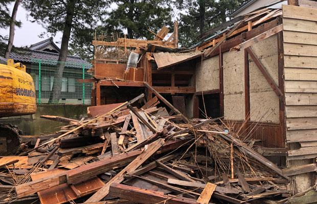 解体途中の様子。作るのは人の手でひとつひとつ、壊すのは重機で一気に。木造の納屋であれば、10日ほどで更地になる。