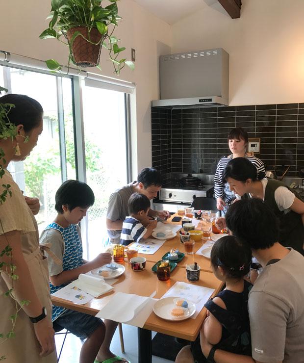〈藤棚のアパートメント〉にて。アニメ映画のキャラクターのお菓子づくりは親子で参加。