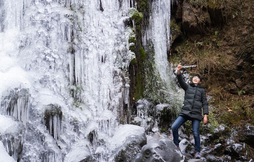 小豆島の渓谷「銚子渓」。高さ21メートルの滝が凍る!