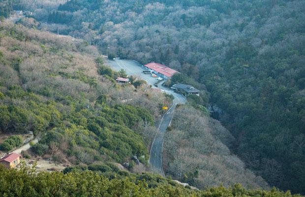 小豆島の山間にある銚子渓エリア。写真真ん中の建物の右下あたりに銚子の滝があります。