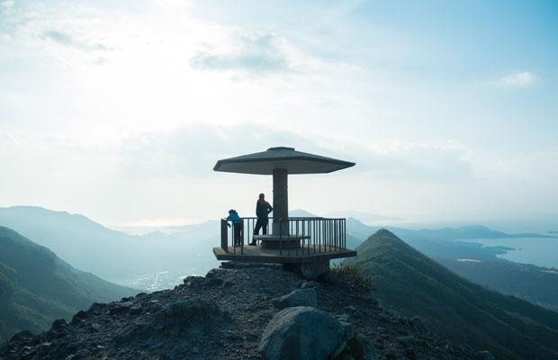 お猿の国の展望台〈仙多公峰〉。連なる山、島々、海の景色。