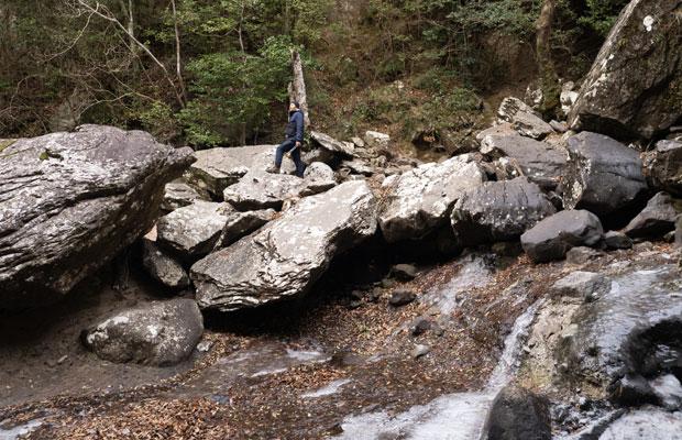 銚子の滝の下にはこんな大きな岩が重なってます。