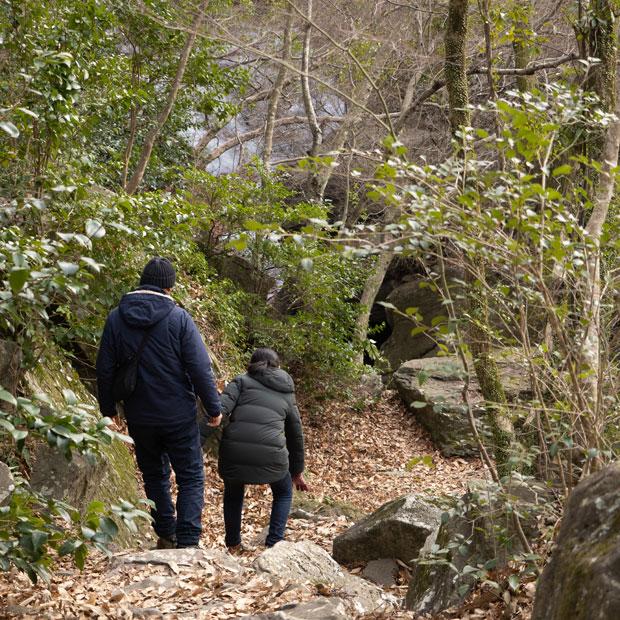 銚子の滝へ続く山道。落ち葉で滑りやすいので、歩きやすい靴で行きましょう。