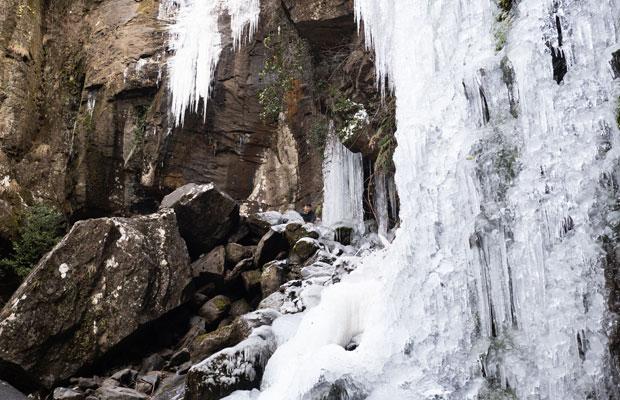 凍った銚子の滝。迫力あるなぁ。