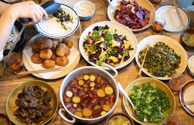 〈HOMEMAKERS〉のまかないごはん。季節を感じさせてくれる旬野菜の料理が並びます。