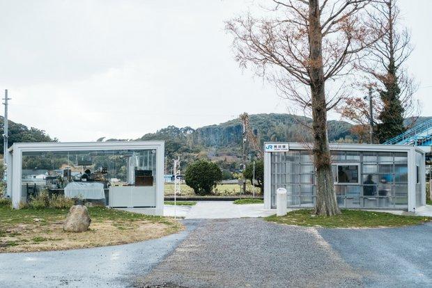 Agawa(左)と阿川駅の駅舎(右)。中が透けて見える構造は、地元の人から驚かれることもあった。「境界線をぼやかす」デザインにしたかったという。