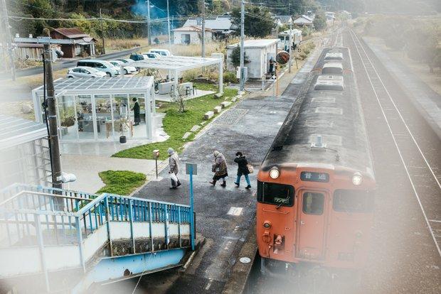 買い物や通院の帰り、阿川駅で降りる人たち。