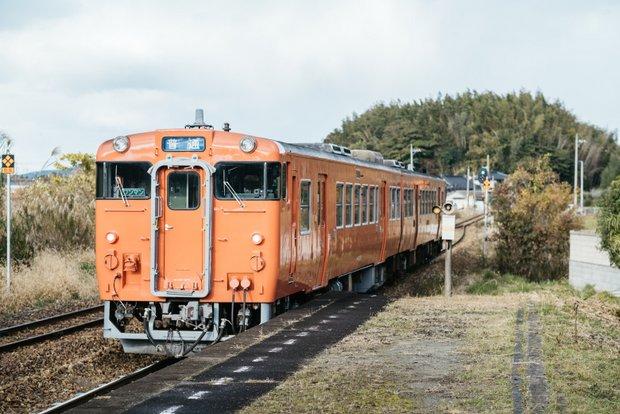 周囲の緑の中に、パッと映える橙色の車体。現役で走る汽車自体がめずらしい現代では、懐かしくも新しい光景。