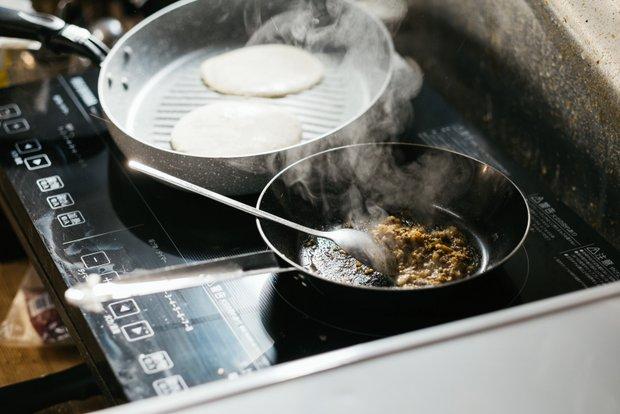 タコスなどのフードメニューはカウンター奥の厨房で手づくりしている。厨房はこぢんまりとしており、調理道具はどれも手入れが行き届いている。