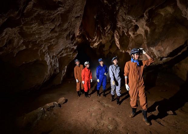 松田さんが探検した洞窟。ライトを当てると透き通る石や地上とはまったく異なる響きの声や音など、ワクワクするものがたくさん。(写真提供:秋吉台アドベンチャーツアーズ)