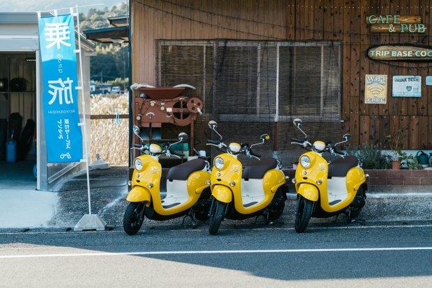 鮮やかな黄色とぽってりしたフォルムがかわいい原付。料金は時間制で、丸1日借りても6200円(税込)。松田さんが丁寧に乗り方などを教えてくれるので、初心者も安心。