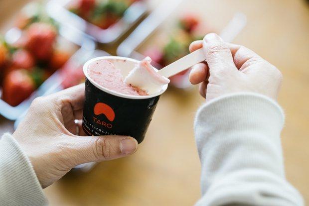 イチゴとハチミツで味わうミルクジェラート(430円・税込)。イチゴのソルベ、ミルクジェラート、ピュアはちみつの3層でつくられた丁寧で贅沢なスイーツだ。