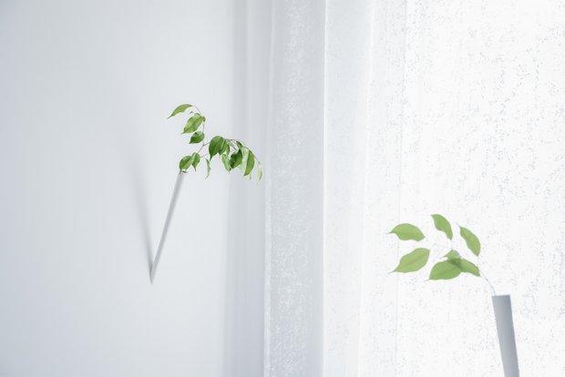 植物が入る筒の内側からライトで照らす仕掛け。