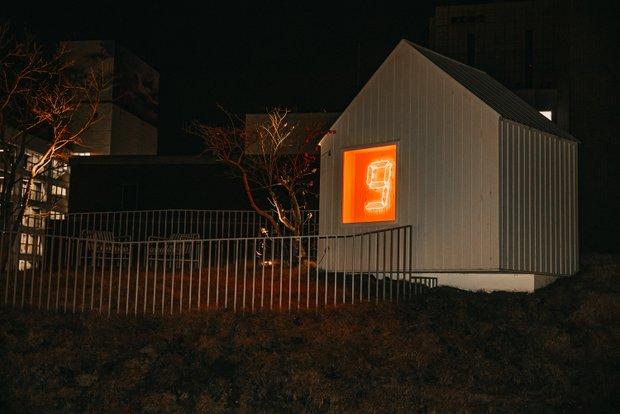 グリーンタワー頂上にある小屋の外壁に設置された宮島達男さんのデジタルカウンターの作品は、自由に鑑賞可能。小屋内部にある作品は宿泊者のみ鑑賞できる。