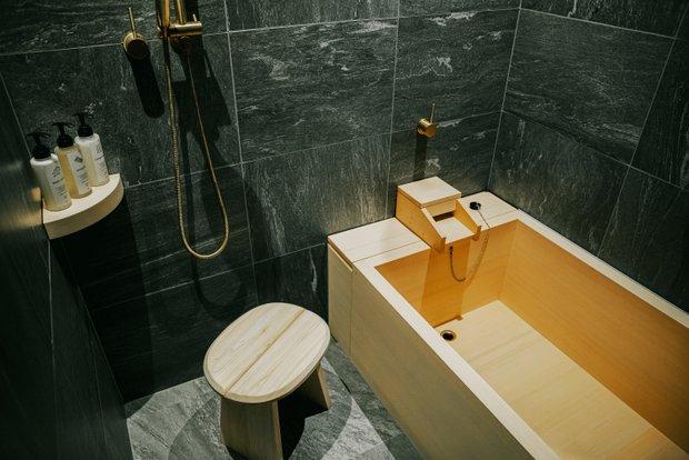 日本人には心やすらぐヒノキの浴槽。