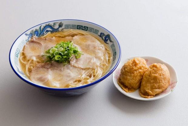 〈中華そば 紅蘭〉の中華そば(並590円)。ラーメンと一緒にいなり寿司を食べるのが下松流。