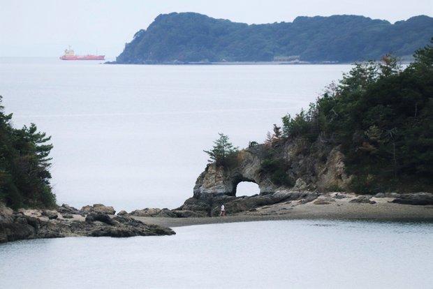 干潮時にははなぐり岩の下へと渡ることができる。