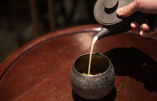注いでいるのはお茶ではなく、3種のネギのビシソワーズ。こんな提供の仕方にもワクワク感が。