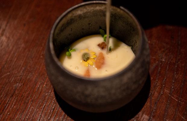 クリーム系と合わせるとチーズのような風味をつくる酵母の特徴を感じさせる一品。具材は発酵熟成させたサーモン。