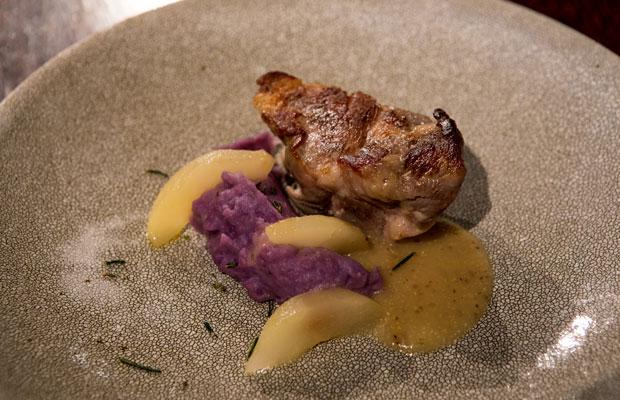 肉のメインは発酵熟成させた秋田県産豚。噛みきれないかたさの肩肉が、酵母の力でナイフでほぐせるほどやわらかくなっています。コラーゲンも旨みに変わり、酵母発酵液の自然な塩味が引き立つひと皿。酵母液を添加した紫芋のピューレと洋梨のバターソテーと一緒に。