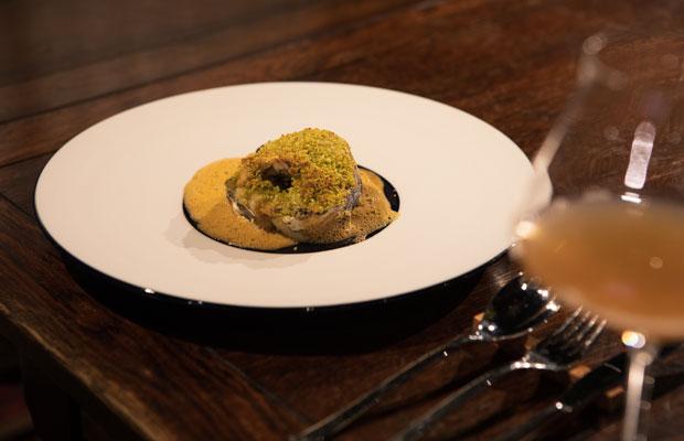 魚のメインは発酵熟成させた真鯛。酵母発酵液でつくるマヨネーズのような調味料と香草パン粉をのせてオーブンで焼き上げました。エビの殻を長時間炒めたソースに味噌がアクセントで入ります。多層的な味をすっきりと流してくれるオレンジワインをペアリング。