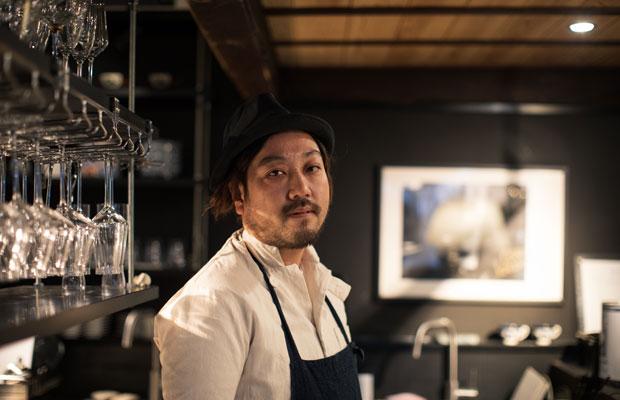 佐藤シェフは日本海に面した港町・秋田県にかほ市(旧金浦町)出身。店舗を持たず、さまざまなレストランの料理やサービスの監修を行っています。