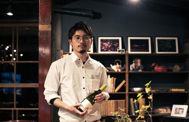 サーブを行う澤口駿亮さんもチームの一員。泰さんの思いやメニューの特徴を丁寧に伝えます。