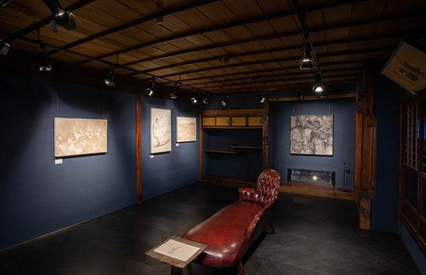 泰さんがリスペクトする、町長も務めた本家髙橋七之助や、4代目にまつわる作品を展示するギャラリー。アート作品として時代を超え100年前のメッセージを伝えること、地域の人に美意識をもってもらうことも伝統産業の役割と考えています。