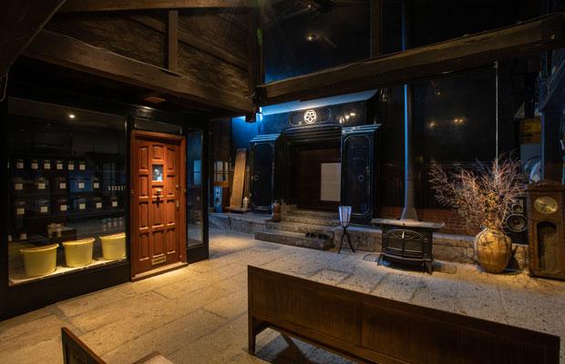 酵母を培養する実験室「cultivator」は、カフェと蔵をつなぐスペースにあり、ガラス越しに見学可能です。