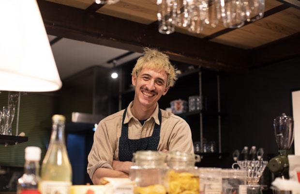 ケルン出身で材料工学を学んだのちシェフに転身したヨナスシェフ。発酵を用いた独創的な料理で知られるコペンハーゲンの〈noma〉のDNAを引き継ぐ〈INUA〉(東京)で働くため来日しましたが、新型コロナウイルス感染症対策のため店が長期休業に。スキルアップできる場所を探していたところ、知人を介し泰さんのもとへたどり着きます。