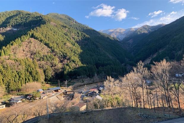 山あいの神山の風景。