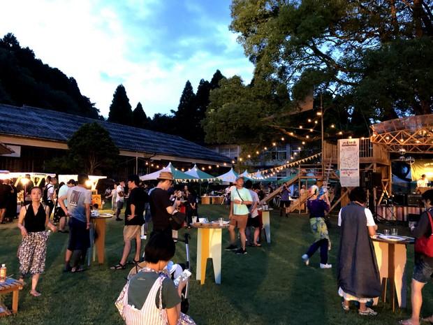 神山のシェフと鹿児島のシェフが協働して開催したグッドネイバーズ・ジャンボリー前夜祭の食事会風景。