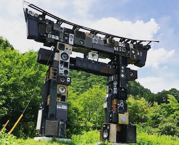 神山では、まちのあちこちでアート作品が突然現れる。これはベノワ・マーブリーの「カラオケ鳥居」というアート作品。ブルートゥース接続することで、実際に音楽を流すことができる。現在は倒壊し、復旧準備中。