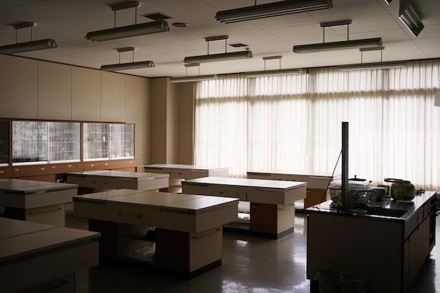 山奥にある廃校となった学校の教室