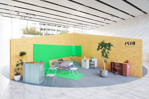 ワールド北青山ビルで開催された展示会の様子。ブースデザインを手掛けたのは関祐介さん(YUSUKE SEKI Studio)。緑色の部分は、クロマキー合成に使用されるグリーンバック。