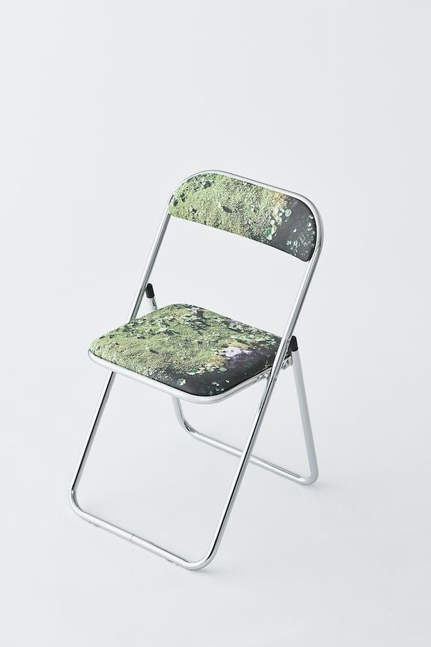 写真家、永瀬沙世さんの作品。外出が困難なコロナ禍でも、「森の中に静かに座っている感覚」を体験してほしいとデザインされたもの。